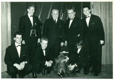 Szimeiszter Mihály a Gundel igazgatója pincérekkel és a lelőtt vaddisznóval, 1960-as évek