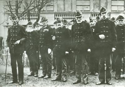 Krúdy Gyula nagyapja, a Honvéd Menház parancsnokaként (a képen baloldalt, elöl)