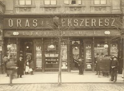 Löfkovits Arthur órás és ékszerész üzletportálja a Piac utcán