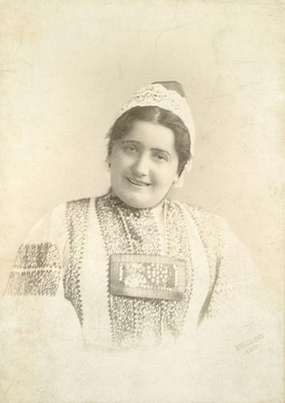 Lukács Júlia parasztasszony-jelmezben*: pártával