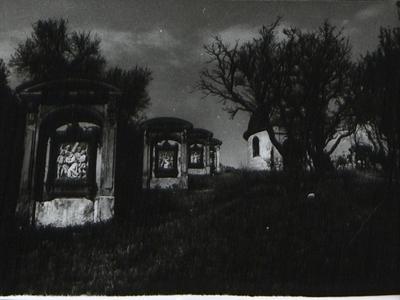 Domborművek és kápolna