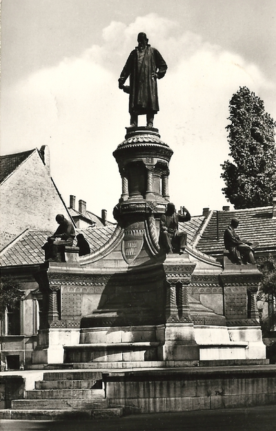 Zsolnay-szobor