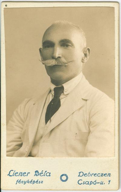 Juhász Gábor mellképe, fehér nyári öltönyben