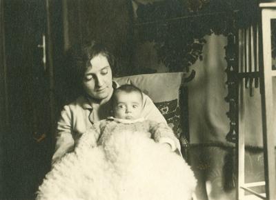 Juhász Gézáné az öt hónapos Editkével