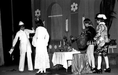 A Szendrey iskolások színdarab bemutatója a színházban