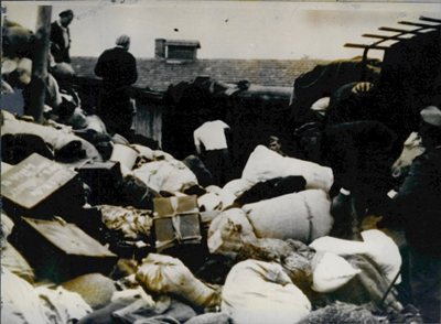 Csomagok, bőröndök lepakolása- Auschwitz Album fotó 1944.