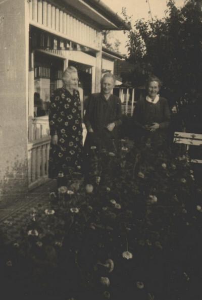 Varga nővérek idős korukban a teraszon
