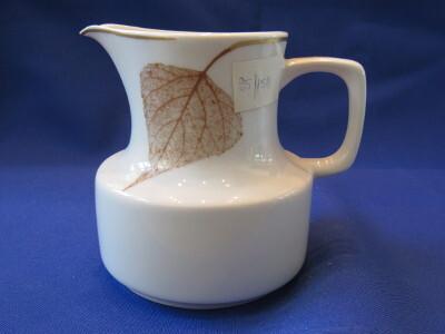 198. Tejkiöntő, porcelán