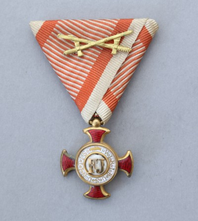 Ferenc József Arany Érdemkereszt hadiszalagon kardokkal