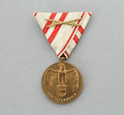 Osztrák Háborús Emlékérem aranykardokkal