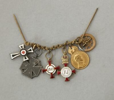 Monarchia- és Horthy-kori kitüntetések miniatűrjei frakkláncon