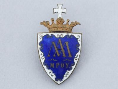 Diáksapkára való piarista címeres kitűző