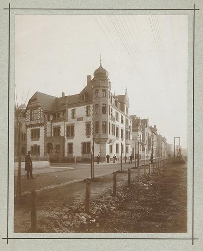Billing, Hermann; Karlsruhe (Baden-Württemberg), Jahnstr. 17 / Riefstahlstr.; Haus Bausback - Fassade Riefstahl Straße (Eckansicht)