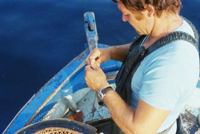 Fonds Henri-Paul Brémondy : Pêcheur dans le bateau - Photographie en lien avec le corpus sonore La pêche traditionnelle varoise dans les années 1970