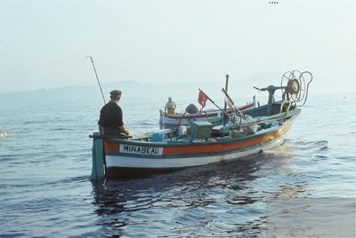 Fonds Henri-Paul Brémondy : Un bateau de pêche en mer - Photographie en lien avec le corpus sonore La pêche traditionnelle varoise dans les années 1970