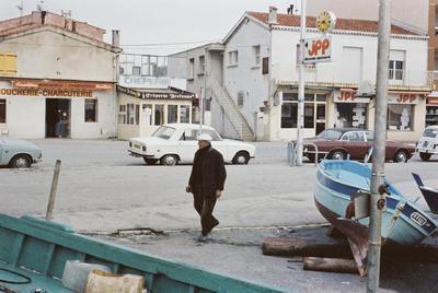 Fonds Henri-Paul Brémondy : Un passant au port de Brus de Six-Fours-les-Plage - Photographie en lien avec le corpus sonore La pêche traditionnelle varoise dans les années 1970