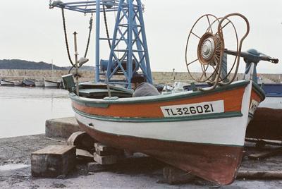 Fonds Henri-Paul Brémondy : Un pêcheur sur un bateau au port de Brus de Six-Fours-les-Plage - Photographie en lien avec le corpus sonore La pêche traditionnelle varoise dans les années 1970