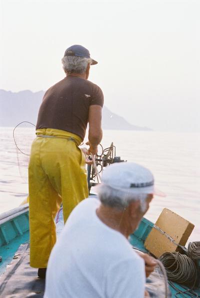 Fonds Henri-Paul Brémondy : Deux pêcheurs sur un bateau - Photographie en lien avec le corpus sonore La pêche traditionnelle varoise dans les années 1970