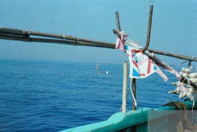 Fonds Henri-Paul Brémondy : Vue sur la mer depuis un bateau - Photographie en lien avec le corpus sonore La pêche traditionnelle varoise dans les années 1970