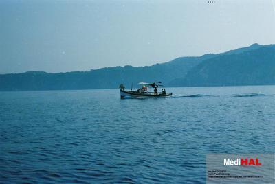 Fonds Henri-Paul Brémondy : Un bateau de pêche sur la mer - Photographie en lien avec le corpus sonore La pêche traditionnelle varoise dans les années 1970