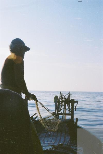 Fonds Henri-Paul Brémondy : Pêcheur dans un bateau - Photographie en lien avec le corpus sonore La pêche traditionnelle varoise dans les années 1970