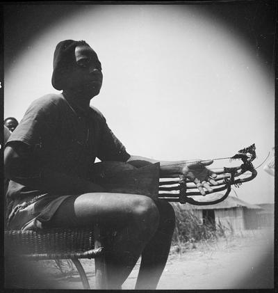 A pluriarc player, Djambala (Middle Congo)