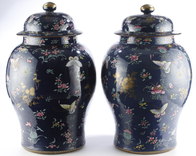 Två kinesiska prydnadsurnor med lock, Famille Rose, powder blue