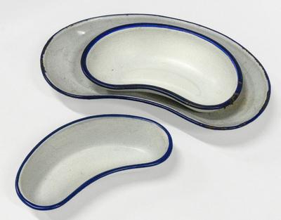 Tre njurformade rondskålar av emalj, från Sundby sjukhus vid Strängnäs