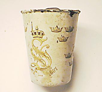 Mugg, jubileumsmugg för Oskar II 1872-1897, använd som verktygssamlare