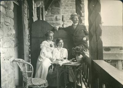 Emelie, Grete Stötting och Gösta (Bernhard Österman) på Karerseehotellets veranda 1905