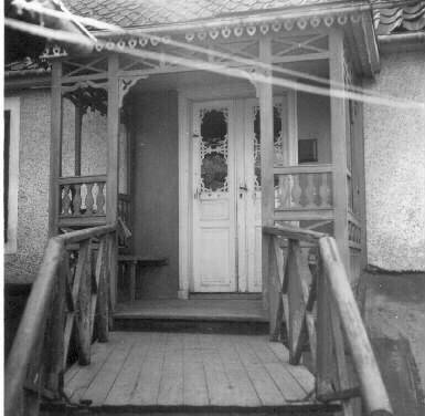 Snickarglädje på veranda vid Östra Kyrkogatan 12 i Nyköping år 1949