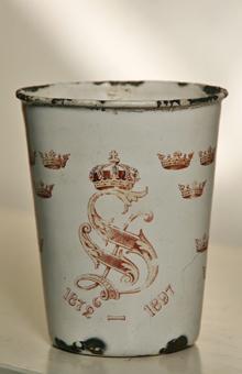 Emaljerad plåtmugg från kung Oscars 25-åriga regeringsjubileum 1897