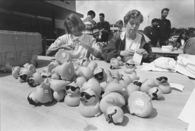 'CWZ Duck Race'. Medewerkers van het Canisius Wilhelminaziekenhuis leggen de laatste hand aan de duizenden gesponsorde milieuvriendelijke plastic wedstrijd-eendjes, die zaterdag voor het goede doel op de Waal de strijd tegen elkaar gaan aanbinden