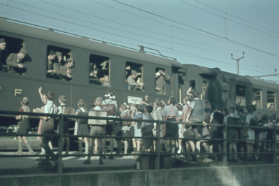 Liestal Bahnhof, Schulkinder an Militärzug