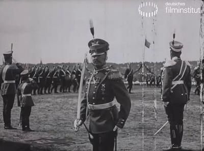 S. M. der Kaiser von Russland und S. H. der Czarewitsch nehmen die ihnen zu Ehre veranstaltete Parade in Krasnoe-Selo ab