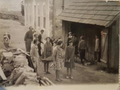 Šolarji pospravljajo drva za šolo