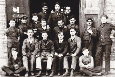 Delavci v predilniških delavnicah leta 1929