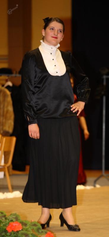 Krajša črna plesna obleka
