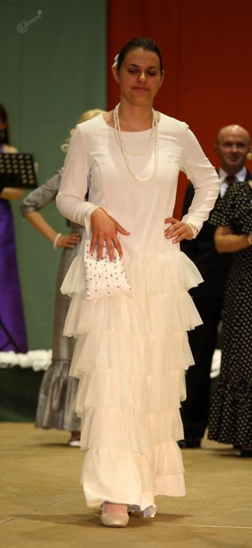 Bela plesna obleka