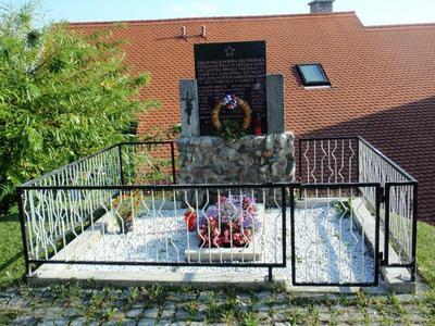 Grob v vasi Koreno