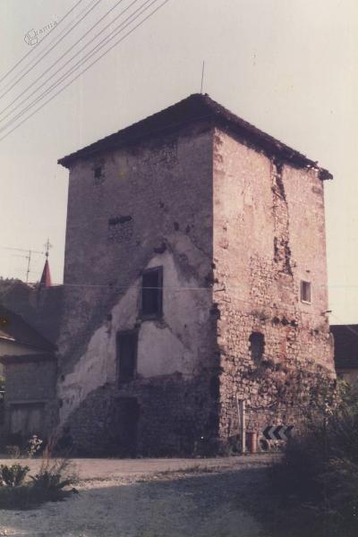 Ostanek nekdanjega obzidja, obrambni stolp oziroma turn