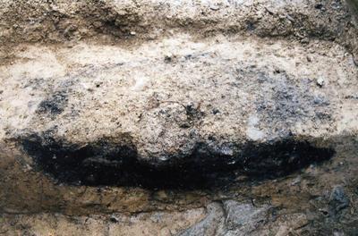 Pogled na žgan železnodoben grob z Mosta na Soči