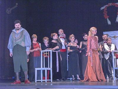 Glavna akterja in del operetnega zbora