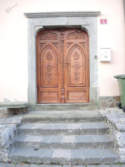 Portal na Cesarjevi hiši v Mozirju