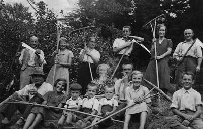 Kosci in grabljice na rovtu okrog 1940
