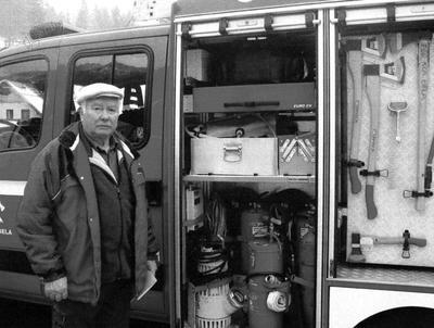 Anton Konič pred gasilskim vozilom leta 2008
