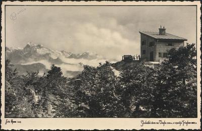 Skalaški dom na Voglu 1548 m, v ozadju Triglav 2863 m