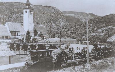 Električni vlak na vojaški ozkotirni železnici pri Sv. Janezu
