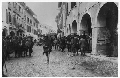 Avstro-ogrski in nemški vojaki na ulicah Pordenoneja v Furlaniji