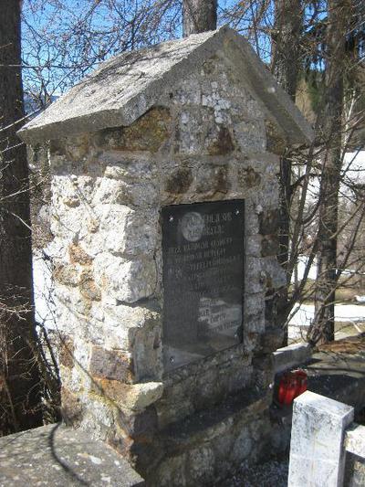 Spomenik na pokopališču v Planini pod Golico